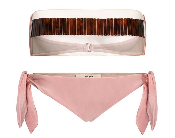 Thương hiệu thời trang Cult Gaia vừa trình làng loạt bikini hợp tác cùng nhà tạo mốt người Brazil - Adriana Degreas. Trong đó, sản phẩm gây chú ý nhất là thiết kế mang tên Shalese với quần tam giác nhỏ xíu màu hồng và áo trong suốt, chỉ có một đường ngang nhỏ để che đầu ngực.