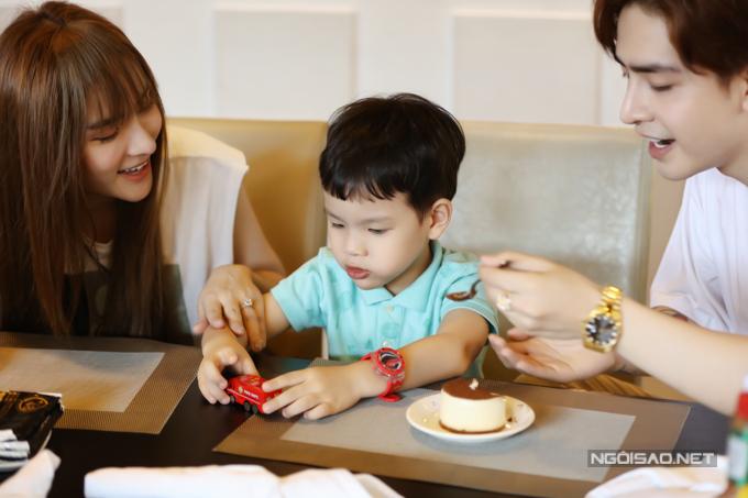 Dù chưa từng làm bố nhưng Kin Nguyễn vẫn khéo léo trong việc dỗ dành, chăm sóc trẻ nhỏ. Anh vui vì tìm được cảm giác gia đình ấm cúng khi ở bên mẹ con Thu Thủy.