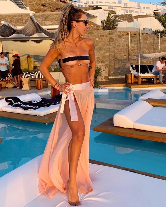 Sở hữu tài khoản Instagram với 1,1 triệu lượt theo dõi, blogger Camila Guper nhanh chóng cập nhật mốt mới trong kỳ nghỉ tại đảo Mykonos, Hy Lạp. Tấm hình cô diện chiếc áo sexy đã đạt 55.000 lượt thích.