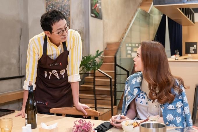Đầu bếp Lee Wook Jung thực hiện những món ăn ngọn phục vụ Minh Hằng với cảm hứng từ những câu chuyện được cô chia sẻ.