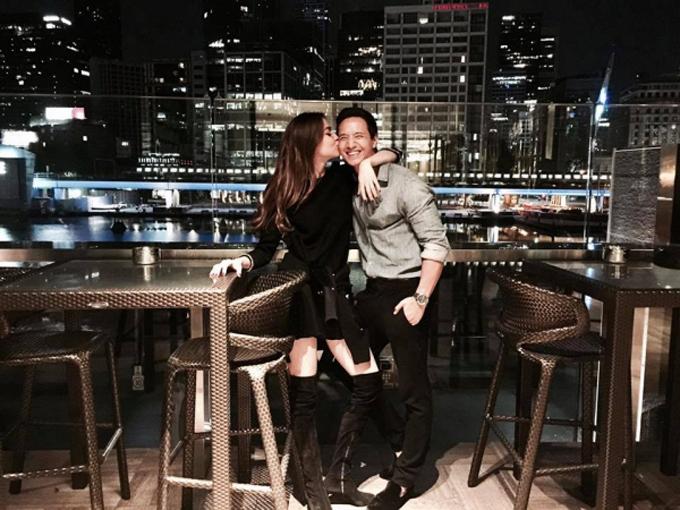 Ngày 14/11/2017,nhân dịp sinh nhật Kim Lý, Hồ Ngọc Hà đã đăng bức ảnh hôn má bạn trai để chúc mừng tuổi mới của anh. Kim Lý đã cảm ơn bằng lời bình luận: Anh yêu em rất nhiều, khiến người hâm mộ của cặp đôi phấn khích. Trong bài phỏng vấn một ngày sau đó, Kim Lý tiết lộ anh không để tâm đến quá khứ của người yêu và sẵn sàng đứng lên bảo vệ khi người phụ nữ của mình gặp bất cứ sự cố gì.