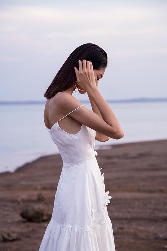 Váy hai dây, đầm cúp ngực được nhà mốt chăm chút kỹ lưỡng về phần dựng phom để tôn vẻ đẹp hình thể cho người mặc.