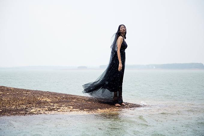 Bộ ảnh được thực hiện với sự hỗ trợ của nhiếp ảnh Huynh Trần, người mẫu Trang Phạm, trang điểm Phạm Trọng Huấn.