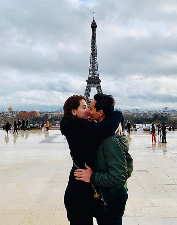 Giáng sinh 2018, Kim Lý đăng tải bức ảnh anh hôn bạn gái Hồ Ngọc Hà tại Paris. Cả hai đang có chuyến du lịch cùng gia đình tại nhiều nước châu Âu như: Pháp, Thuỵ Điển...