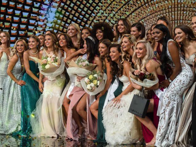 Tân hoa hậu bên các thí sinh trong đêm chung kết.