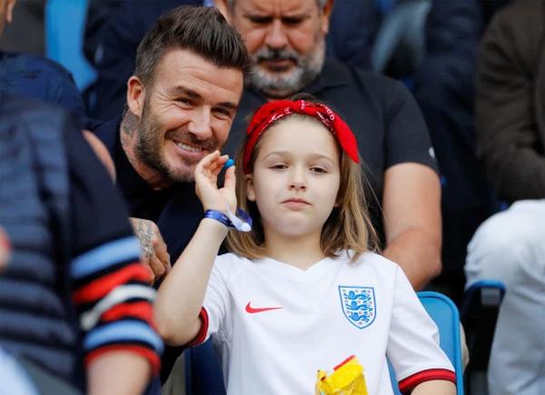 Cùng với hơn 20.000 fan xứ sở sương mù, bố con Becks hào hứng tới Pháp cổ vũ tuyển nữ trong trận tứ kết giải vô địch thế giới