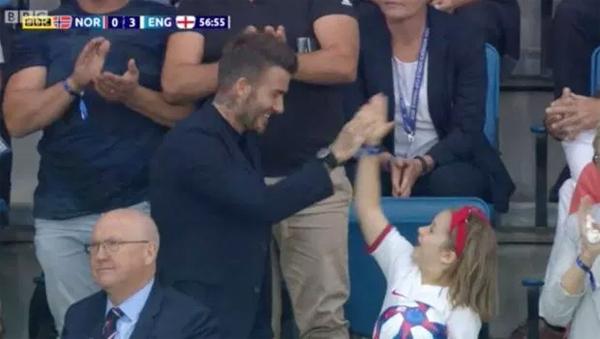 Các fan đều khen ngợi cựu thủ quân tuyển Anh và cô nhóc Harper đáng yêu khi hai bố con đập tay mừng bàn thắng thứ ba sau cú sút sấm sét của Lucy Bronze.