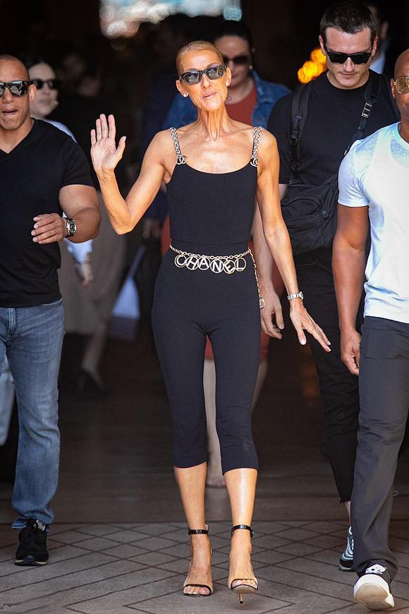 Đi bên cạnh cô là vũ công 35 tuổi Pepe Munoz (khoác túi, đeo kính đen). Pepe Munoz bị đồn là người yêu của Celine hai năm nay bởi anh luôn ở bên nữ ca sĩ như hình với bóng.