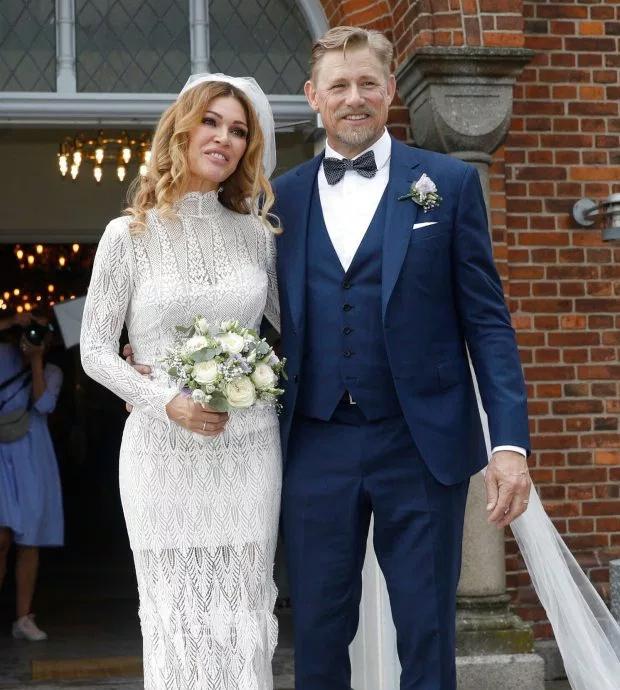 Cựu thủ thành huyền thoại Peter Schmeichel kết hôn với người đẹp  Laura von Lindholm hôm 15/6 tại quê nhà Đan Mạch. Đây là cuộc hôn nhân thứ hai của Schmeichel 6 năm sau khi ly dị vợ đầu.