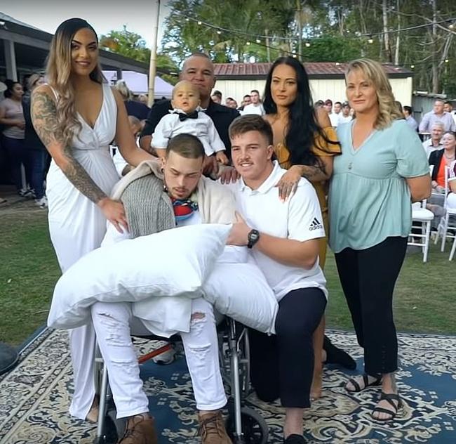 Navar (ngồi xe lăn), vợ Maia (bìa trái) cùng con trai Kyrie và người thân trong đám cưới được tổ chức ở Queensland hôm 24/6. Ảnh: FB.