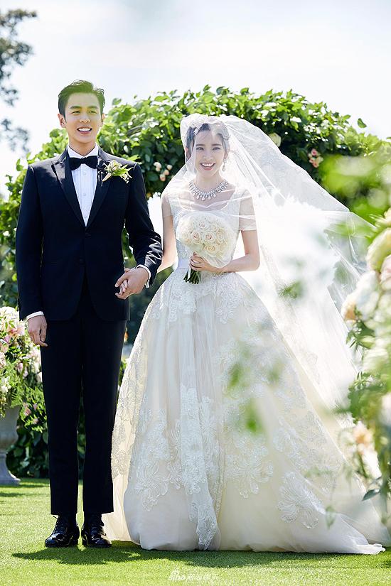 8 năm đồng hành được kết thúc bằng một đám cưới lãng mạn, tổ chức vào 12h trưa tại Ireland.