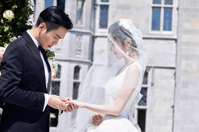 Một ngày trước đám cưới, chú rể họ Trương chia sẻ trên Weibo loạt ảnh cưới và viết Cứ cười cả đời bên nhau là được. Nghệ Hân sau đó hồi đáp: Được.