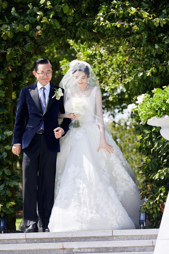 Đám cưới hai ngôi sao Đường Nghệ Hân - Trương Nhược Quân diễn ra hôm 27/6 tại một resort 5 sao ở Ireland. Trong khuôn viên của tòa lâu đài cổ, cô dâu được bố đẻ dắt tay vào lễ đường.