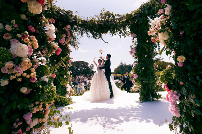 Những khoảnh khắc giá trị trong hôn lễ được ghi lại.