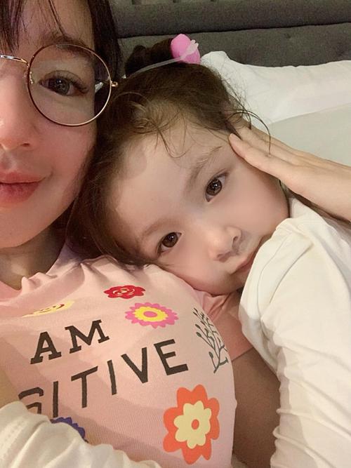 Khoảnh khắc hạnh phúc giản đơn của Elly Trần bên con gái.