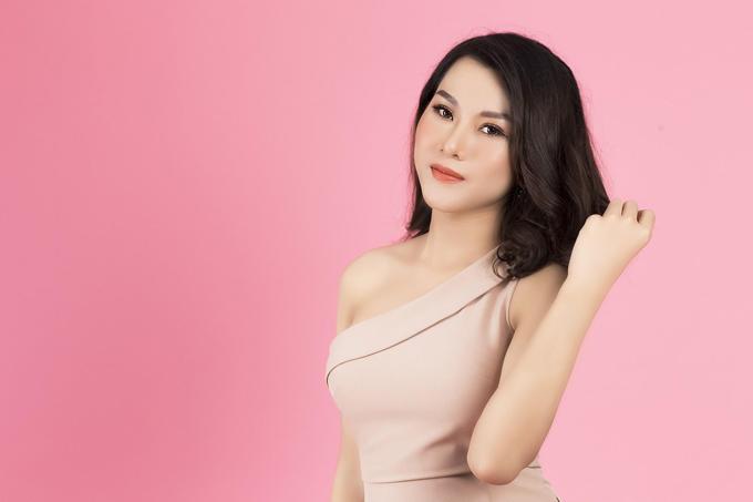 Ngọc Anh được hội đồng chuyên môn của Bệnh viện thẩm mỹ Đông Á trực tiếp tư vấn, thăm khám và phẫu thuật mang lại ngoại hình nữ tính.