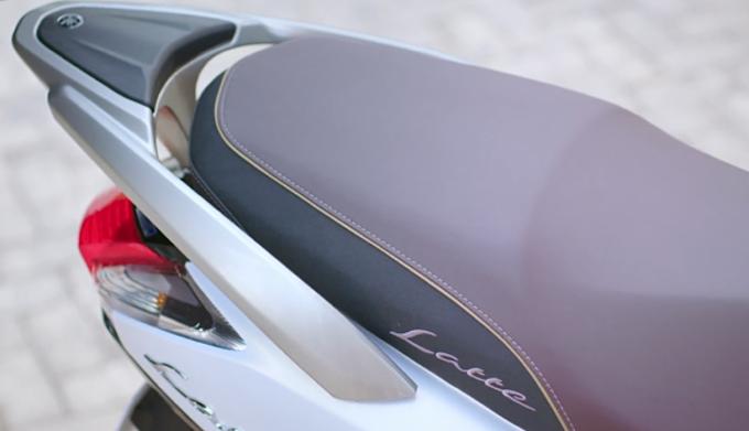 Yamaha Latte có phần đuôi xe mang tới sự hài lòng cho cả người cầm lái lẫn người ngồi sau do mặt trên của thanh baga thấp hơn vừa phải so với phần yên xe sau tạo độ cân bằng. Ngoài ra, với trọng lượng xe nhẹ chỉ 100kg, Latte sẽ trở nên linh hoạt hơn khi chạy trong đô thị cũng như giúp chị em dễ dàng dắt hay di chuyển xe.