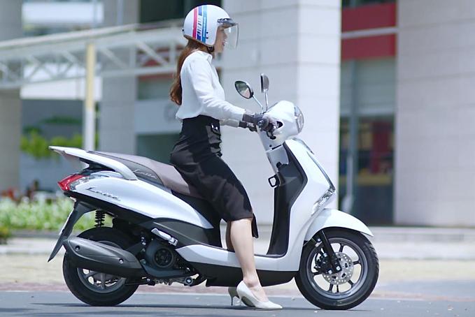 Bên cạnh kiểu dáng thu hút phái nữ, Yamaha Latte còn được đánh giá cao bởi thiết kế động cơ tinh giản gọn nhẹ hơn nhờ bộ phát điện thông minh (Smart Motor Generator) cùng động cơ Blue Core 125cc mang đến khả năng khởi động mượt mà, vận hành êm ái và tiết kiệm xăng. Chức năng khởi động nhanh với một lần nhấn (One-Push Start) giúp khởi động xe nhanh chóng, dễ dàng và không gây tiếng ồn. Hệ thống ngắt động cơ tạm thời (Stop & Start System) là tính năng hữu ích với các chị em ở đô thị lớn khi phải dừng chờ lâu ở đèn đỏ. Chức năng tự động ngắt động cơ khi dừng xe quá 3 giây và tái khởi động khi tăng ga, giúp xe tiết kiệm nhiên liệu hơn cũng như bảo vệ môi trường.