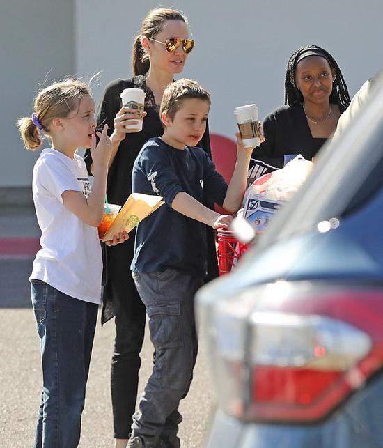 Vào tháng trước, Angelina đưa các con tới New Mexico cùng để tiện chăm sóc khi đóng phim. Những lúc rảnh rỗi, cô đưa bọn trẻ đi uống Starbucks, tham quan thành phố.