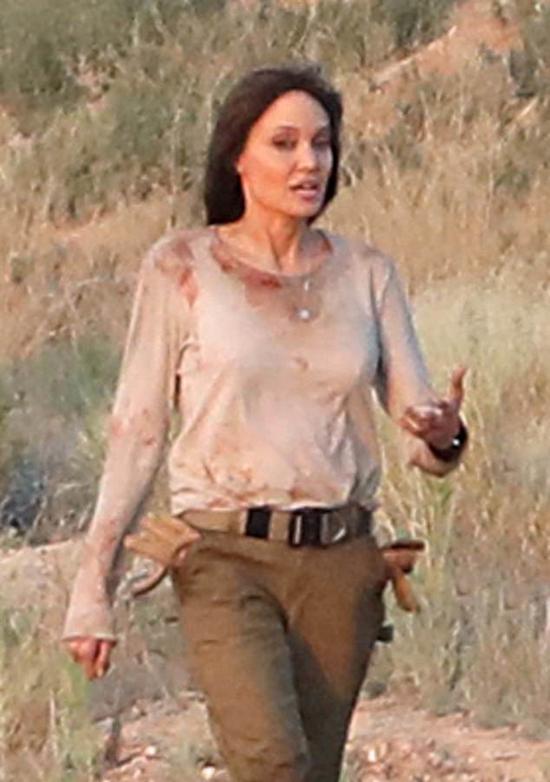 Angelina Jolie đang đóng phim Those Who Wish Me Dead tại một vùng núi ở New Mexico. Cô vào vai một chuyên gia sinh tồn, được giao nhiệm vụ bảo vệ một nhân chứng tuổi teen đang bị truy sát trong vụ án giết người.