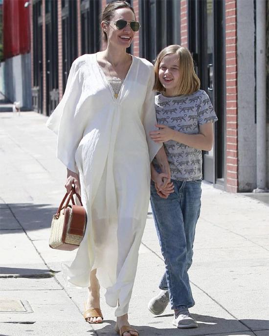 Trở về nhà, nữ diễn viên tranh thủ đưa các con đi chơi, mua sắm. Cô được trông thấy rạng rỡ bên con gái út Vivienne.