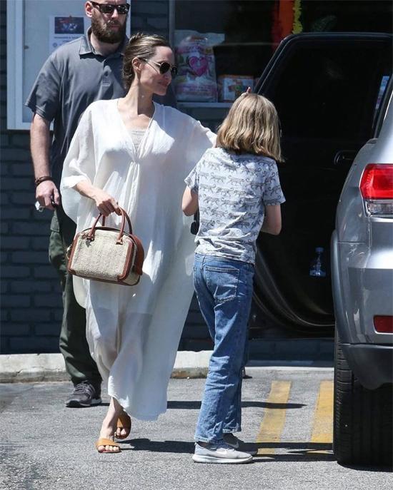Jolie mặc váy rộng, búi tóc cao và xỏ dép lê ra phố, không khác những bà mẹ bình thường.
