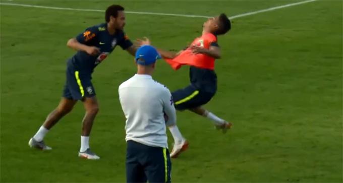 Pha kéo áo của Neymar với đàn emWeverton.