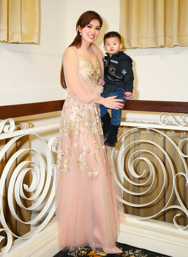 Con trai thứ ba của cô được mẹ chăm chút trang phục sành điệu như fashionista nhí.
