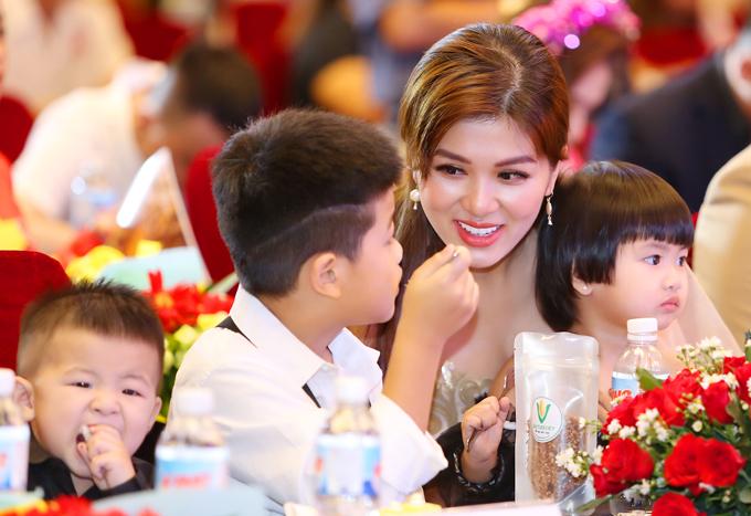 Đây là lần đầu Oanh Yến đi sự kiện cùng đàn con nhỏ. Ở tuổi 33 cô hiện là bà mẹ đông con nhất showbiz Việt vì có tới 5 nhóc tỳ.