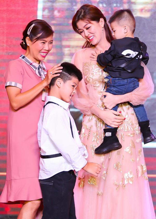 Bé Henry - con trai đầu của Oanh Yến được nhiều người khen đẹp trai. Oanh Yến không thể dắt theo con trai thứ hai và con gái út vì sợ không quản lý nổi tất cảcác bé ở nơi đông người.