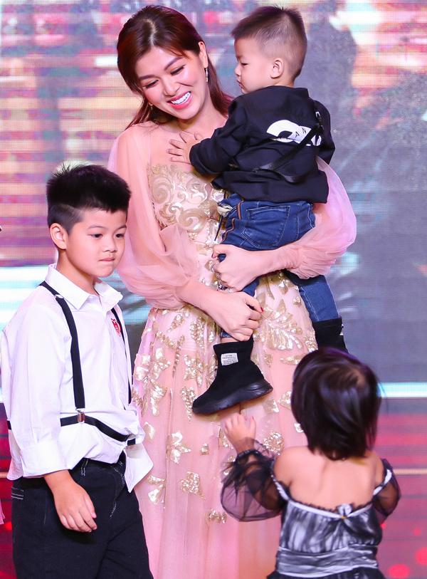 Dù vất vả với đàn con nhỏ nhưng Hoa hậu Thế giới Toàn cầu 2015 chia sẻ, cô hạnh phúc khi làm mẹ. Người đẹp còn có ý định sinh thêm con thứ sáu để gia đình cân bằng với 3 trai 3 gái.