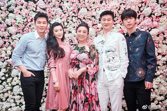 Nhiều người suy đoán, Phạm Thừa Thừa (ngoài cùng bên phải) - cậu em trai kém Phạm gia 18 tuổi là con của cô và Hồng Kim Bảo.