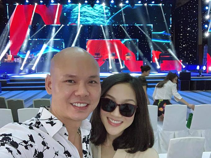 Phan Đình Tùng được bà xã tháp tùng đi diễn tập chương trình.