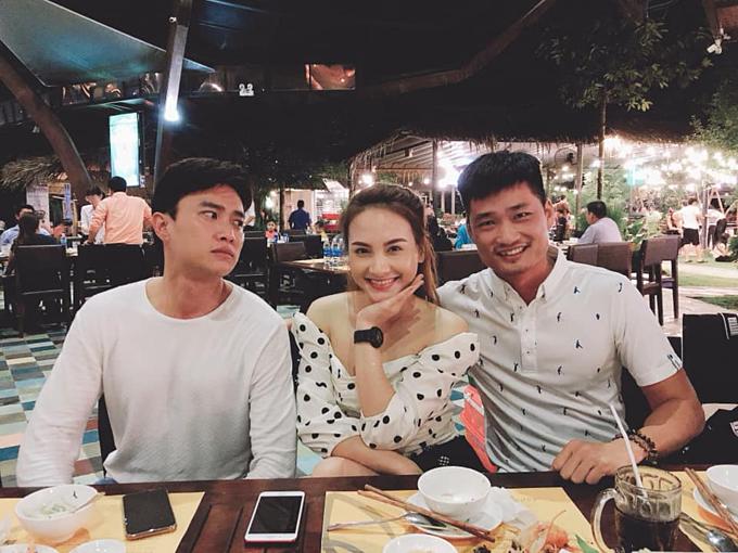 Quốc Trường làm mặt ghen tuông khi chụp ảnh cùng vợ chồng Bảo Thanh ở Cần Thơ.