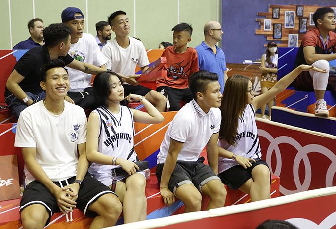 Văn Hậu, Quang Hải cùng các cô bạn gái ngồi cùng hàng ghế, thủ môn Bùi Tiến Dũng ngồi ở hàng ghế sau. Ảnh: Thang Long Warriors.