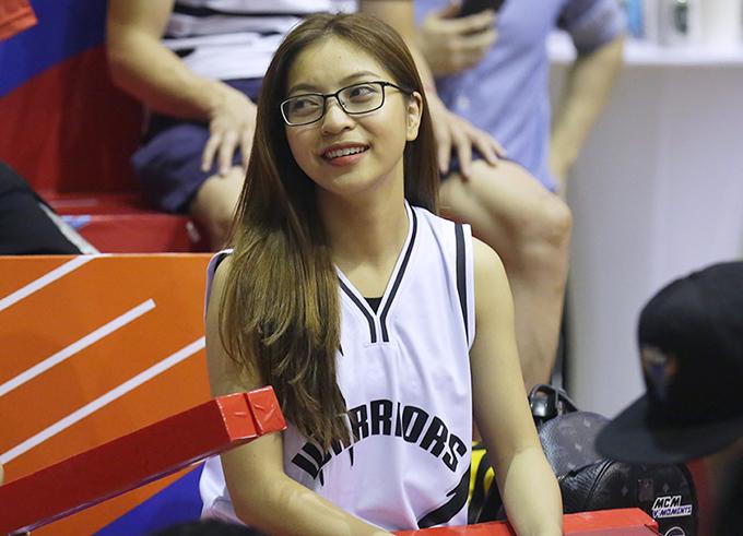 Bạn gái Quang Hải mặc áo của Thang Long Warriors. Ảnh: Thang Long Warriors.