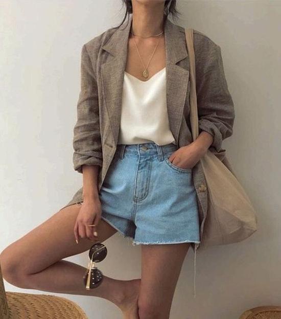 Bên cạnh việc diện quần jeans cùng các mẫu áo hai dây, áo ống, áo sát nách tôn nét sexy, short jeans còn được mix cùng blazer tăng sự cá tính.