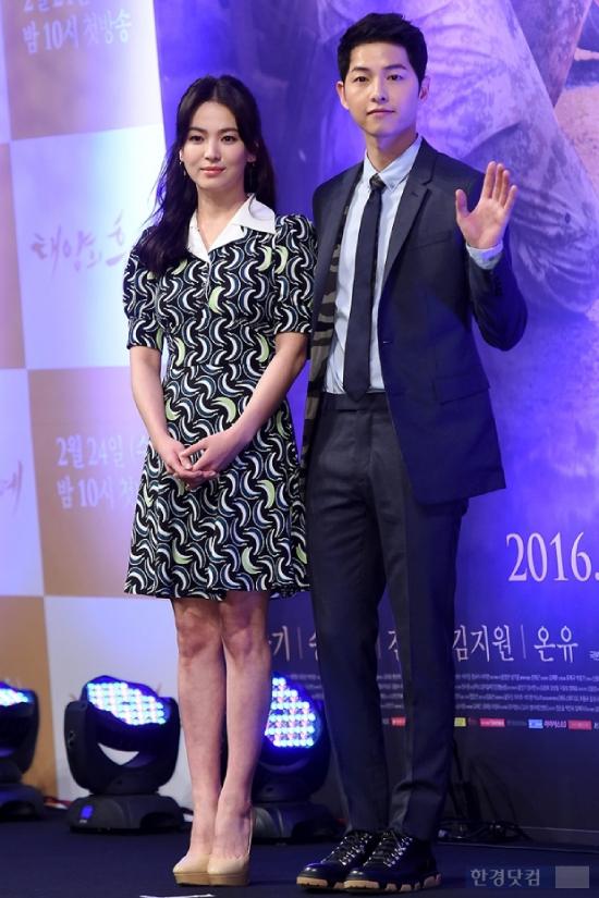 Song Hye Kyo tiếp tục lao đầu vào công việc, Song Joong Ki chọn cách nghỉ ngơi sau khi chia tay vợ.