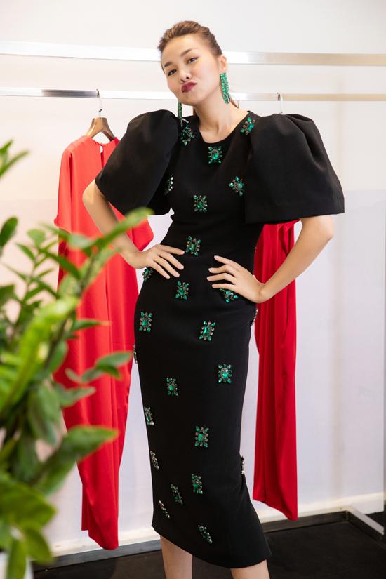 Dù lịch trình khá dày đặc và bận rộn với dự án phim sắp ra mắt vào thời gian tới, nhưng Thanh Hằngvẫn sắp xếp có mặt tại showroom để thử và cân chỉnh trang phục cho vừa vặn nhất.