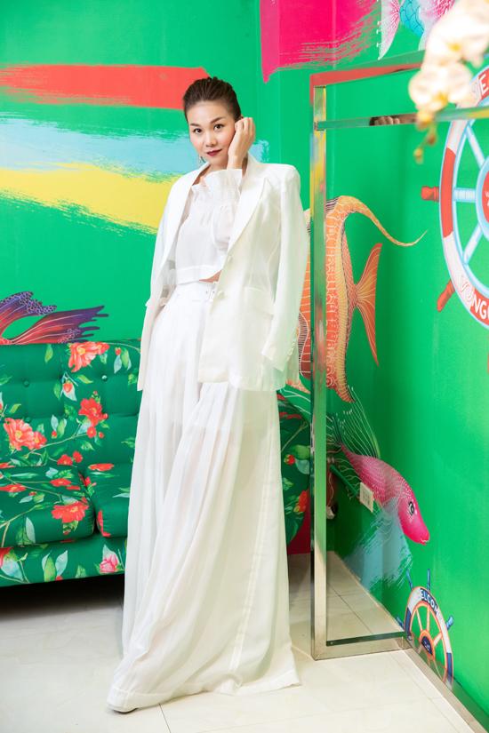 Thanh Hằng được hai nhà thiết kế Vũ Ngọc & Son tin tưởng giao trọng trách vedette tại show diễn Resort 2019 vào chiều ngày 30/6 tại bến cảng Bạch Đằng ( TP HCM)