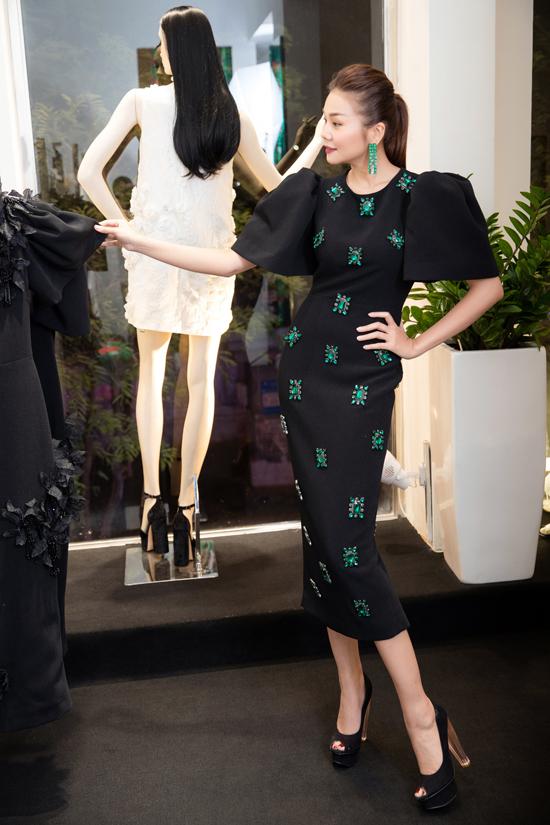Người đẹp tỏ ra thích thú khi ngắm nhìn các thiết kế như váy bút chì được đính kết tinh xảo.