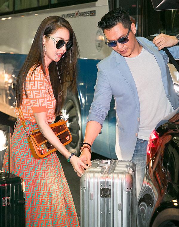 Quế Vân và Việt Anh xuất hiện cùng nhau ở sân bay Nội Bài, Hà Nội. Đây là lần đầu nam diễn viên lộ diện sau khi công khai thông tin đã ly hônvới vợ cũ Hương Trần.