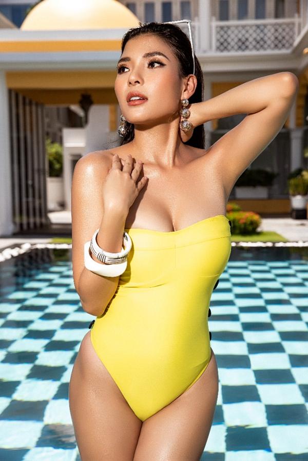 Bikini là một trong những kiểutrang phục phỗ diễn rõ cơ thể của phụ nữ, thay vì ngượng ngùng như trước, Thúy Diễm giờthoải mái tạo dáng, khoe khéo ba vòng.