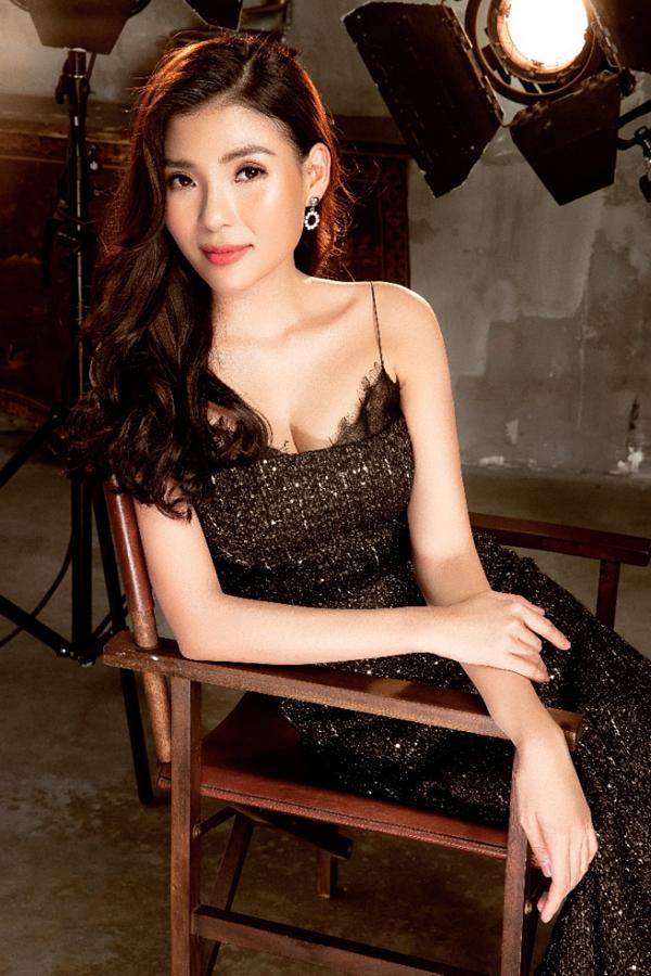 Váy hai dây đen khoe khéo vòng ngực đầy cùng thần thái sang trọng của bà xã Lương Thế Thành.