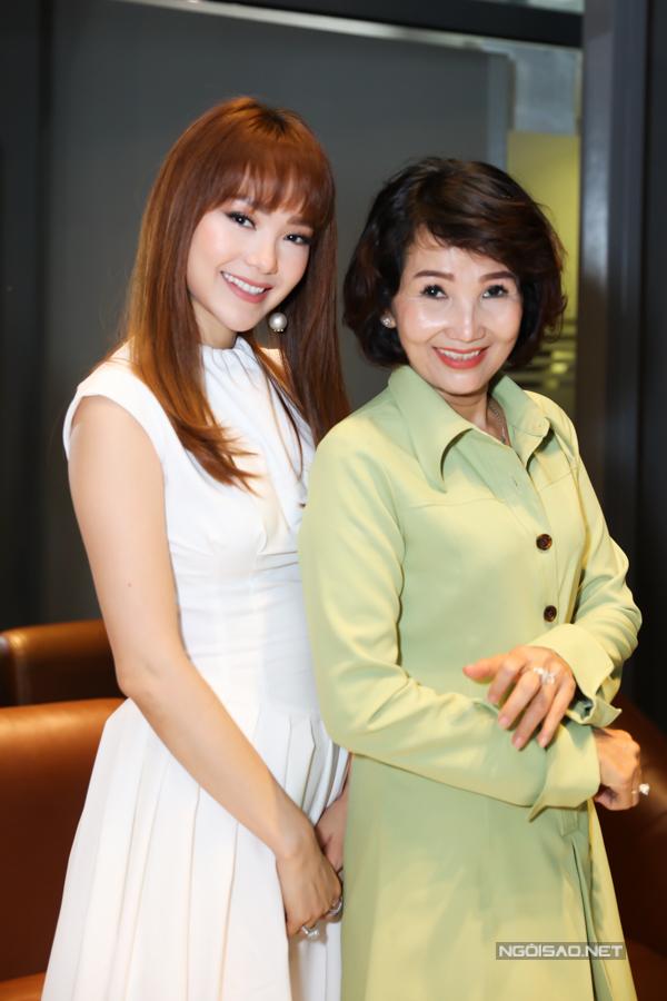 Mẹ của Minh Hằng luôn theo sát ủng hộ con gái hoạt động nghệ thuật. Bà tên Minh Châu, năm nay 54 tuổi và hiện làm công việc nội trợ. Minh Hằng cho biết hiện cô chưa vội kết hôn mà muốn dành thời gian chăm sóc, phụng dưỡng mẹ khi về già.