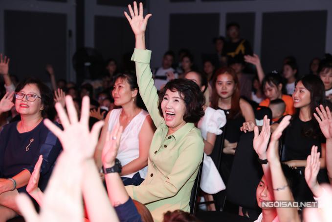 Mẹ của nữ ca sĩ nhiệt tình tham gia các trò chơi trước khi buổi họp fan bắt đầu.