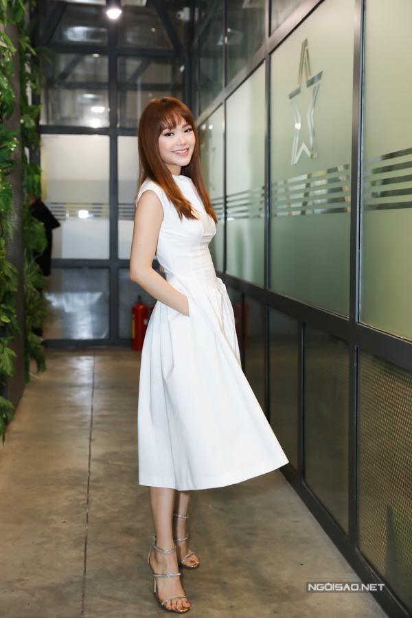 Tối 28/6, ca sĩ Minh Hằng tổ chức buổi họp fan thân mật tại TP HCM. Nữ ca sĩ xuất hiện từ sớm, tất bật chuẩn bị trong hậu trường.