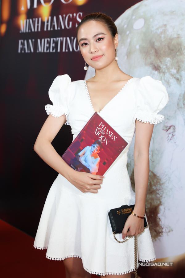 Dù bận rộn lịch biểu diễn, Hoàng Thùy Linh vẫn góp mặt tại buổi họp fans của người chị thân thiết.