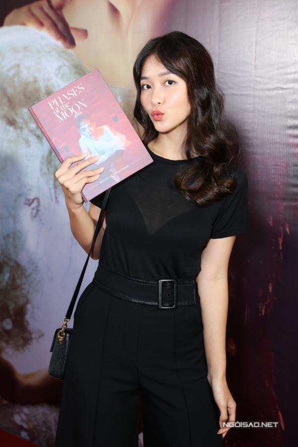 Khả Ngân thích thú khi được Minh Hằng dành tặng quyển sách ảnh.