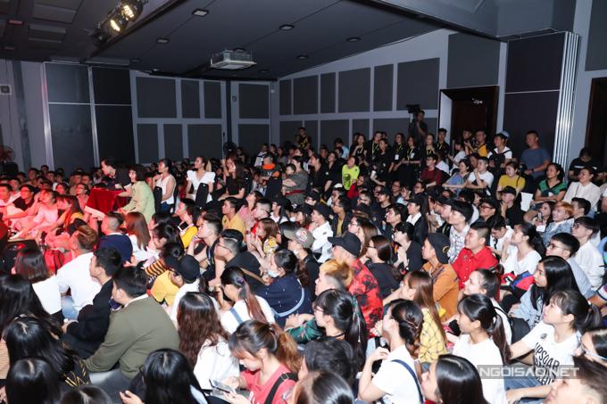 Từ 16h, đông đảo khán giả hâm mộ có mặt và chờ đợi chương trình bắt đầu.